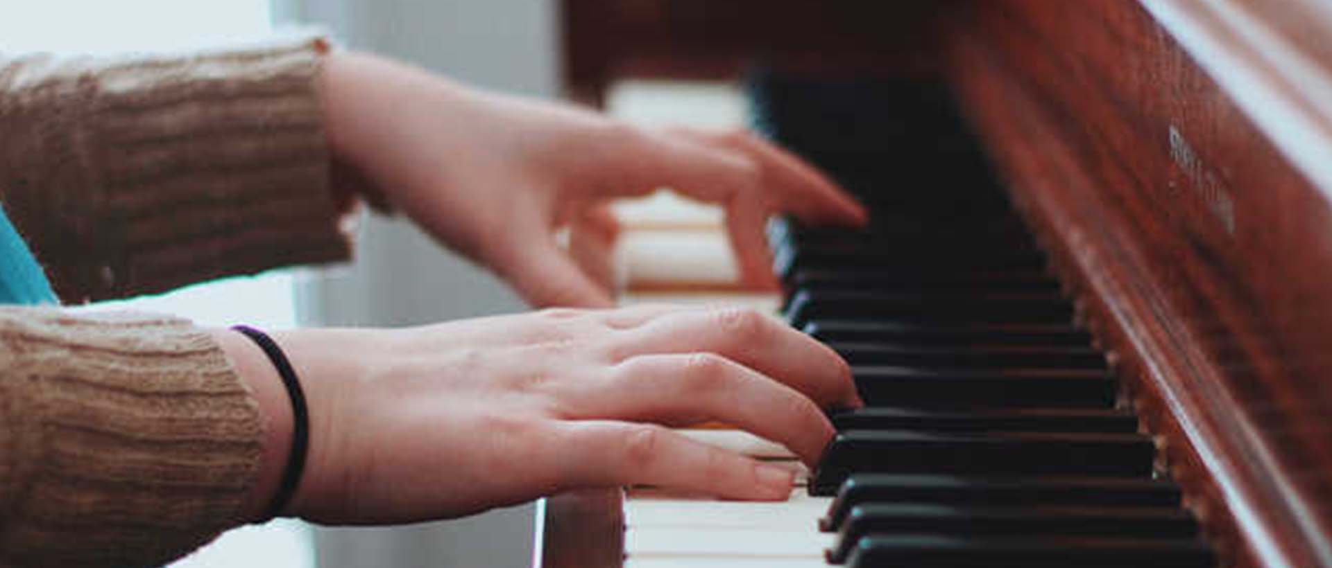 tocando piano